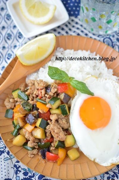 レモンでさっぱり!野菜たっぷり!「鶏ひき肉と夏野菜のバジル炒め(ガパオ)」~暑い日に食べたくなるタイ料理です♡