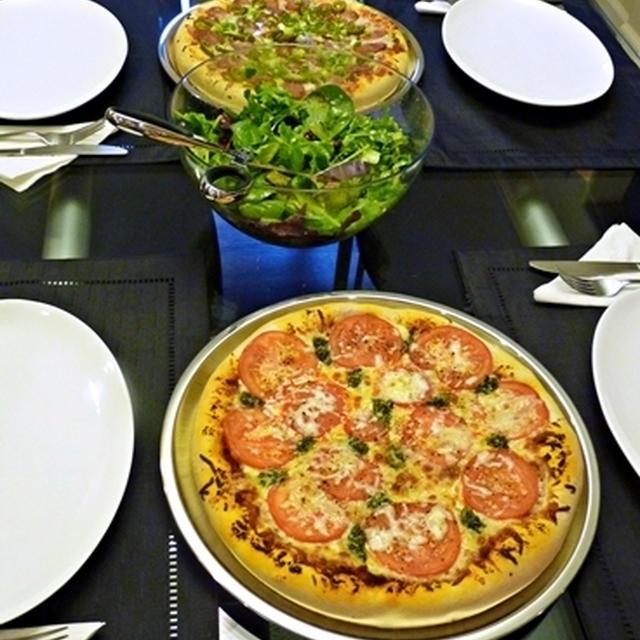 ピッツァ2種とシナモンロール