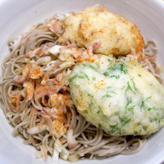 大和芋揚げ【干しエビ&シソ風味】をのせた冷たい蕎麦