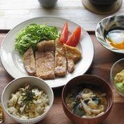 一汁三菜ごはん。豚肉の粕漬け焼き、アボカドサラダ、温玉、アサリごはん、味噌汁