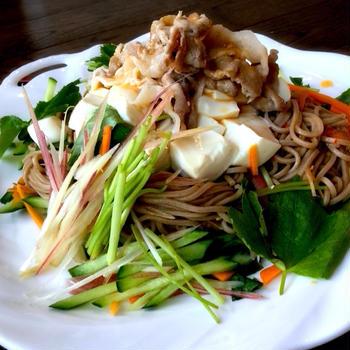 〜冷しゃぶと旬野菜で*大人のサラダ蕎麦〜*レシピ