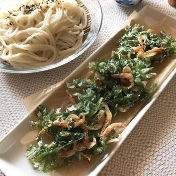 暑い日のお昼ごはんに冷たい麺と「春菊と桜えびのかき揚げ」。