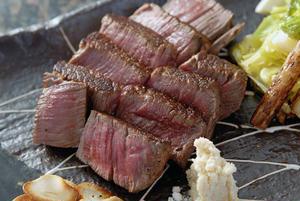 約40日熟成された近江牛は、水分が蒸発し、タンパク質がアミノ酸に分解され、旨みが倍増。じっくりと噛み...