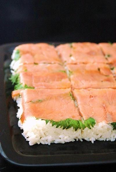 Happy birthdayとスモークサーモン寿司。