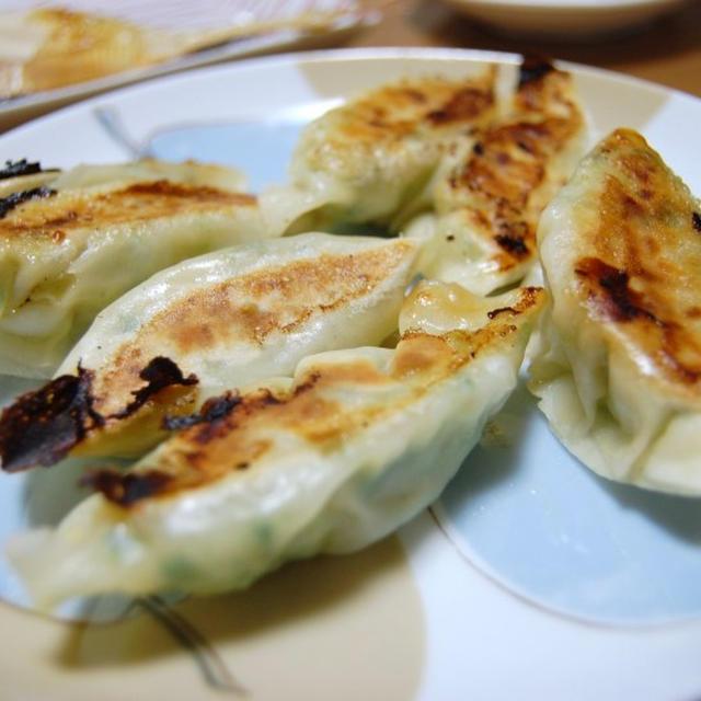 餃子定食〜焼カレイとタコの酢の物とサラダ付〜
