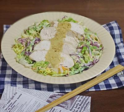 胡麻ドレかけ やわらか鶏むね肉と春野菜のコールスローサラダ