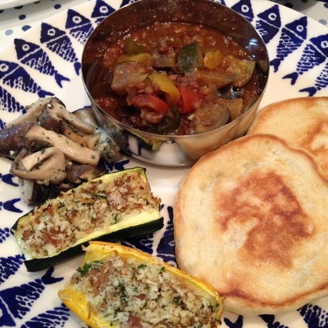 「豆と夏野菜のカレー」をチーズクルチャで。