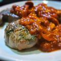 ラムの肉のステーキ、トマトソースかけ