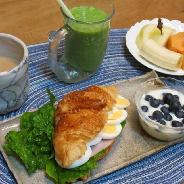 クロワッサンサンドの朝食 と ヤツデの葉っぱって ヤツデじゃない??