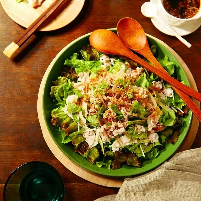 グリーンリーフ、水菜などの上に豚しゃぶをのせたサラダ