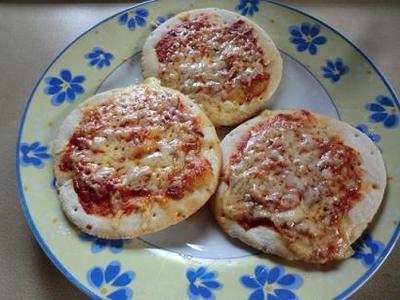 市販のピザベースを使用 マルガリータピザ