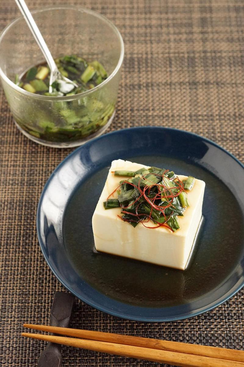 最初にご紹介するのは豆腐にかけるだけのアイデア。おかずにもおつまみにも重宝しますね♪温・冷どちらでも...