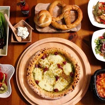 ピッツァとカニピラフが食卓を彩る休日ごはん。。。
