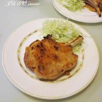 厚切り骨付きロース豚肉で☆ポークチョップのパン粉焼き☆そして沖縄バジルの生命力!