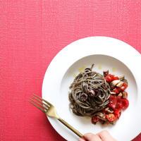 【添えて簡単!】余りもの野菜とイカスミのパスタ