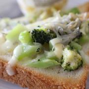 ブロッコリーとじゃこのチーズトースト