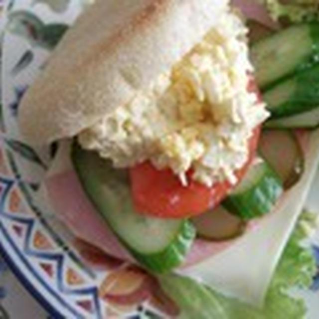 休日のブランチに マフィンのサンドイッチ
