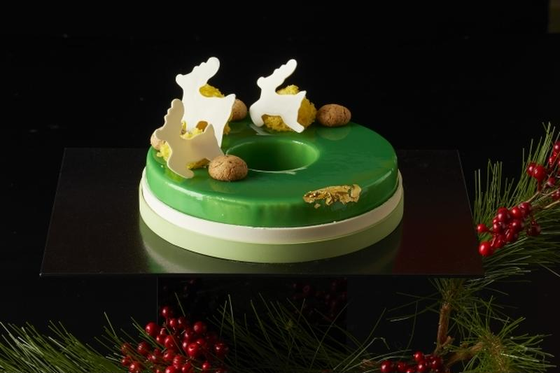 ヘーゼルナッツが香るダックワーズと甘酸っぱい林檎のコンポートを、二層のグリーンアップルクリームで包み...