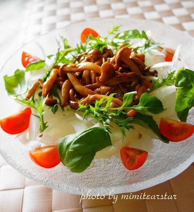 ミニトマトがトッピングされたしめじバルサミコソテーon新玉ねぎサラダ