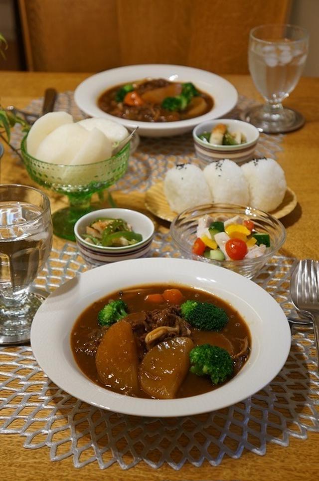 大根とブロッコリーのビーフシチューとサラダ、おにぎり、梨のテーブルセッティング