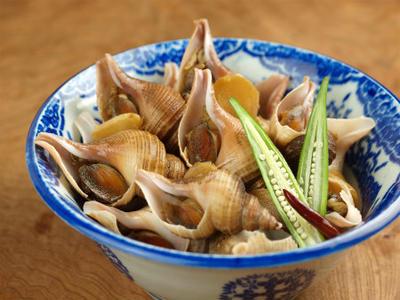 つぶ貝の煮付け 、 下茹して唾液腺をとる