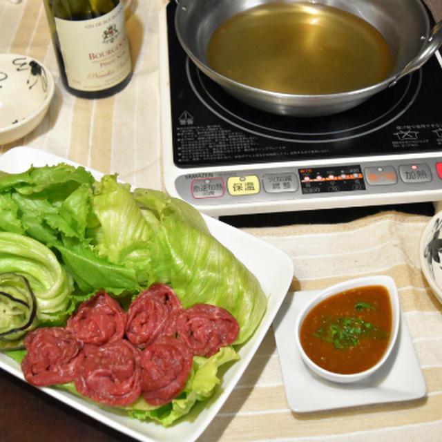レタスと牛肉のしゃぶしゃぶ。オイスターソースが隠し味のつけだれでどうぞ。