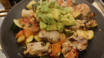 野郎飯流・鶏と野菜の塩茶葉炒めワカモレのせ