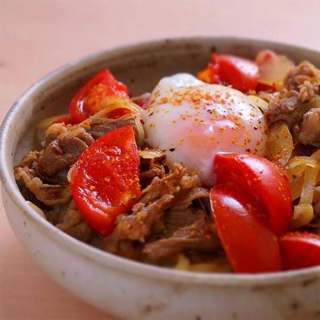 温玉と七味の乗ったトマト牛丼