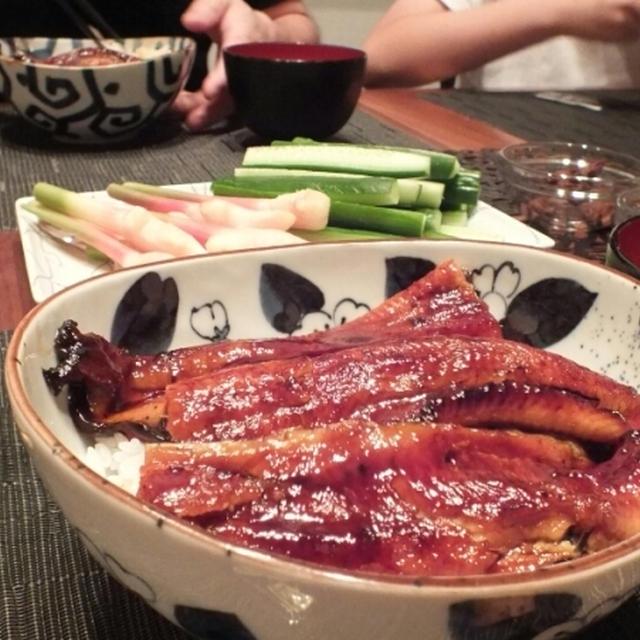 うな丼と干しシイタケのお吸い物の夕食