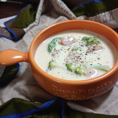 4ステップで簡単、美味しすぎる、とろ~りスープ(ブロッコリー、ウインナー、牛乳)