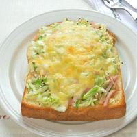 野菜たっぷり朝ごはん!バジル香るもりもりキャベツトースト。
