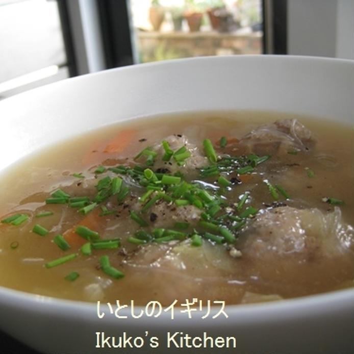 薬味にネギをちらした肉団子と春雨の和風スープ