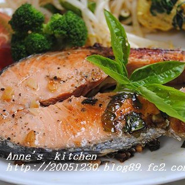鮭のバジル・ガーリックステーキ&モロヘイヤのツナマヨカレーポテトサラダ