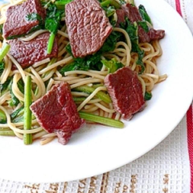 牛ステーキとほうれん草のガーリックパスタサラダ