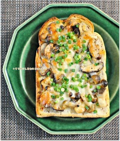 たっぷりきのこのコク味噌チーズトースト / 4日の朝ごはん