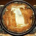 炭火で作る『豚カツ煮』の陶板焼