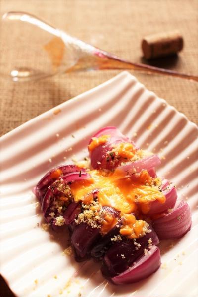 <紫玉ねぎのスパイスチーズ焼き>