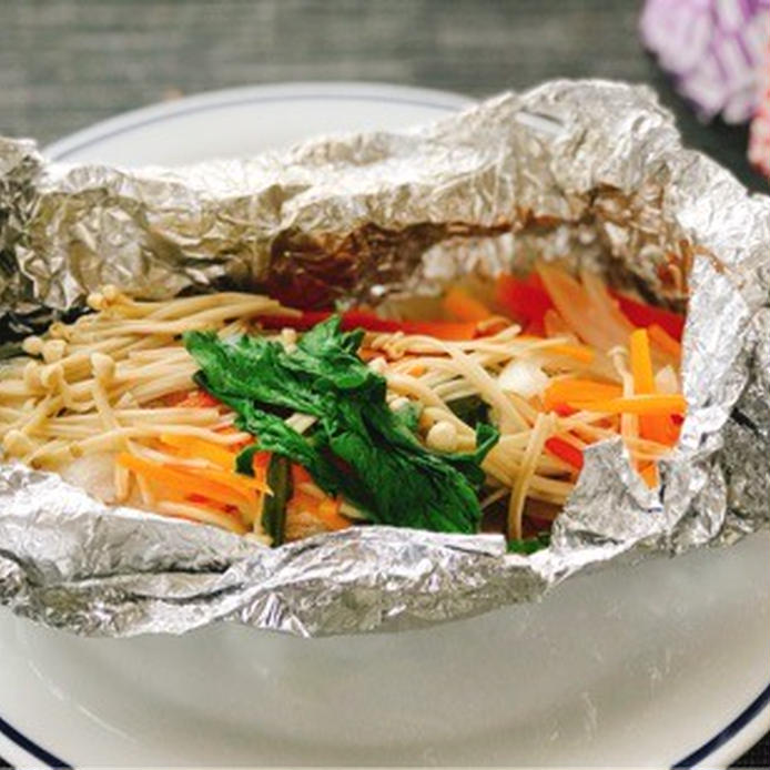 銀ホイルのなかにある秋鮭のホイル焼き