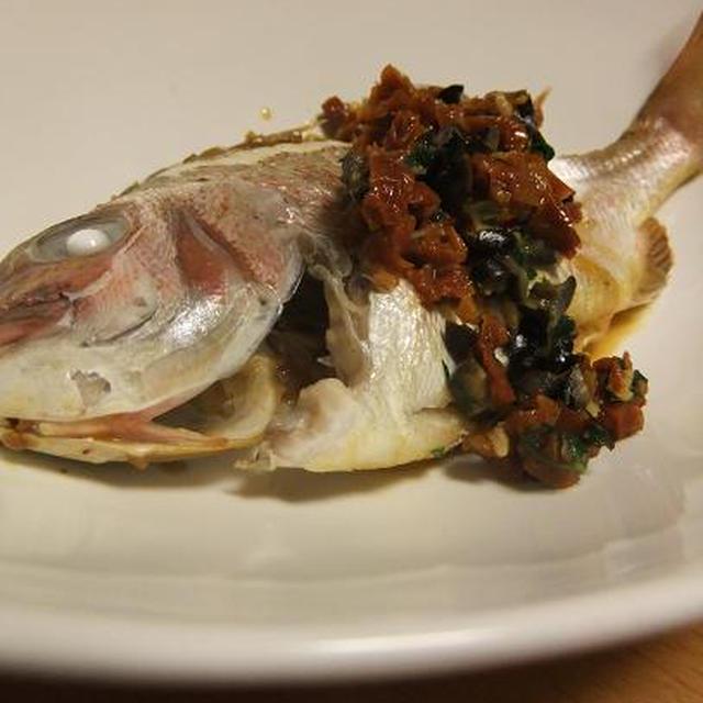 鯛の蒸し焼きドライトマトとブラックオリーブソース