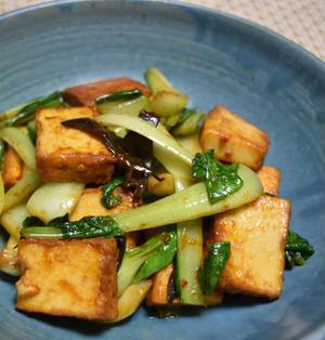 チンゲン菜と厚揚げのピリ辛炒め。お肉なしでも満足のボリュームおつまみ。