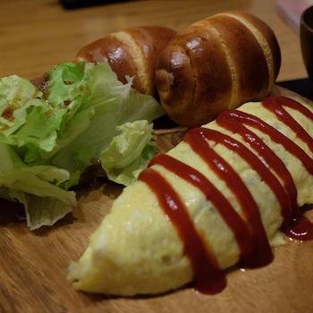 焼きたてパンとオムレツでワンプレートご飯♪
