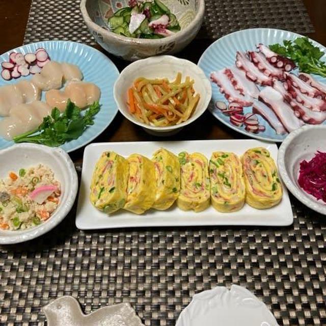 カニカマ入りボリュームだし巻き卵とお刺身などの和食の日