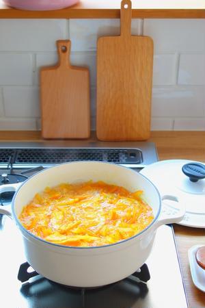 例えば、ラウンドキャセロールの方は、私はジャムを煮るのによく使います。熱が均一に伝わって、しかもこげ...
