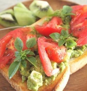 トマト&アボカドトースト