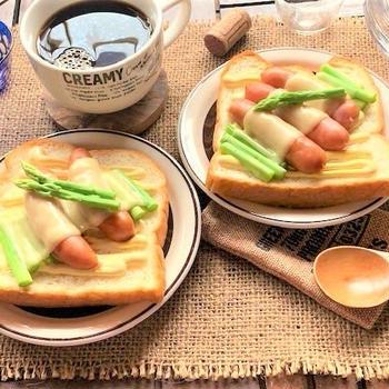 「シャウエッセン チェダー&カマンベール」で<レンチンで簡単!すぐできウインナーとアスパラチーズトースト>