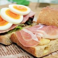 アップルシナモンと生ハムのサンドイッチ。