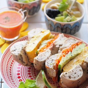 ベーグルサンドとパプリカのスープ