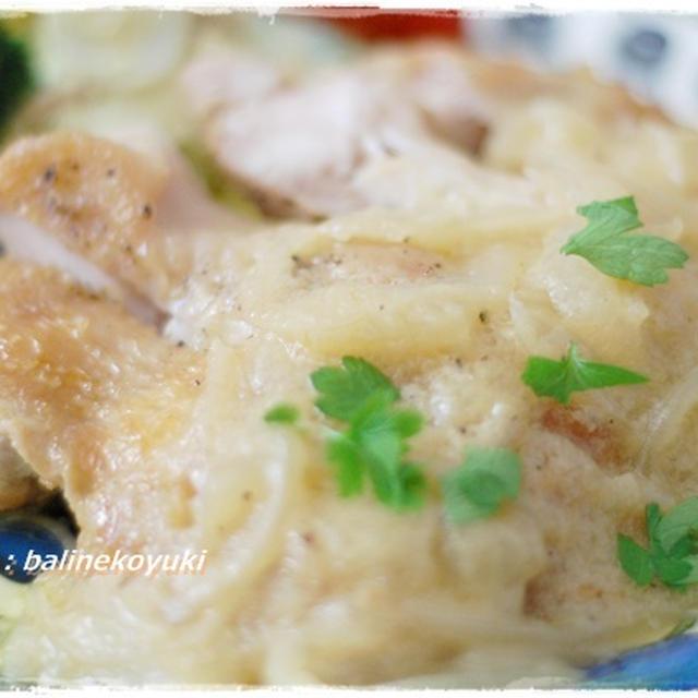 たっぷりの玉ねぎのソースが決め手!ごちそうレシピ「鶏肉の玉ねぎクリームソース」