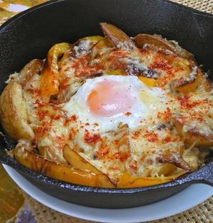 スキレットで簡単ボリューム朝ごはん!こんがり焼き野菜と目玉焼きのチーズのっけ。