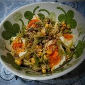 ゆで卵の入ったコールスローサラダ